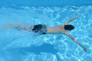 persona nadando en piscina